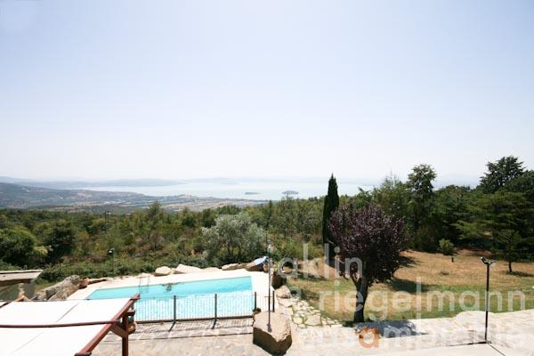 The hotel for sale with country house, pool and panoramic views onto lake Trasimeno