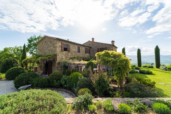 Das Landhaus mit der umgebenden Terrasse