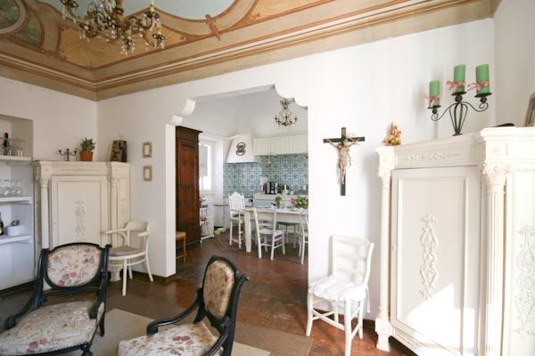 La cucina vista dalla sala con camino antico