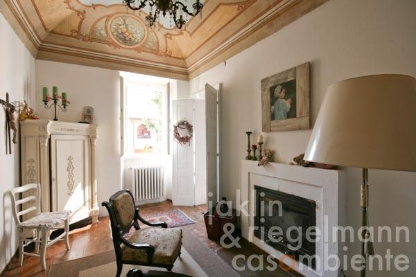 La sala con camino antico della casa padronale