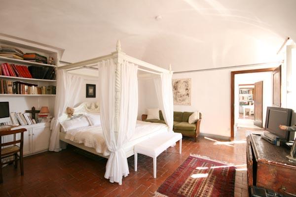 Una delle camere da letto della casa padronale