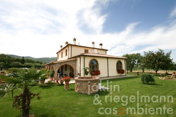 The Tuscan country house with spacious loggia and well-tended garden