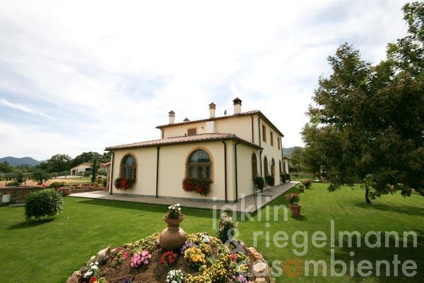 The Tuscan country house with the well-tended garden