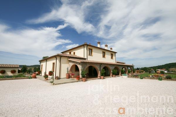 The Tuscan country house with the forecourt
