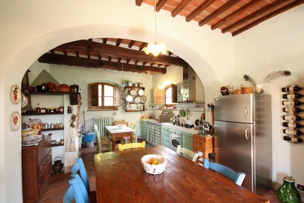 Die großzügige Wohnküche mit dem schönen Holztisch im Erdgeschoss des ersten Apartments