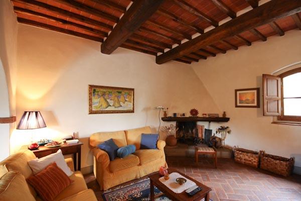 Das gemütliche Wohnzimmer mit Kamin im Erdgeschoss des ersten Apartments