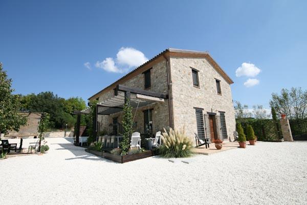 La casa di campagna lussuosa in vendita con la terrazza e il piazzale