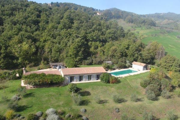 Das moderne Landhaus zu verkaufen nahe Todi in Umbrien mit Pool und Olivenhain