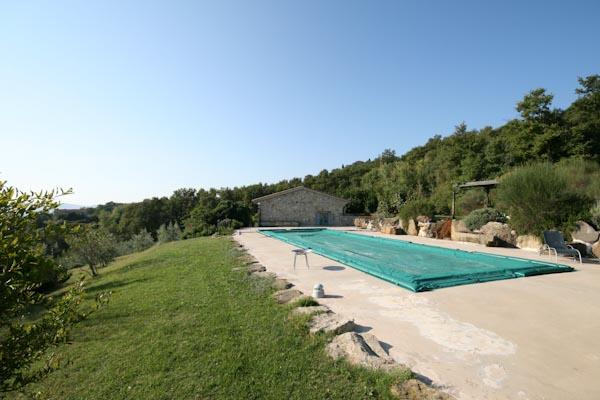 Der Pool mit Panorama-Blick auf das Städtchen Todi