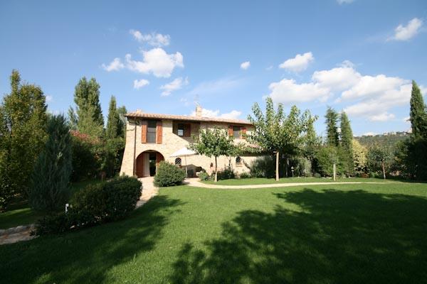 Das neu erbaute Landhaus mit Terrassen, gepflegtem Garten und Pool zu verkaufen nahe Collazzone in Umbrien