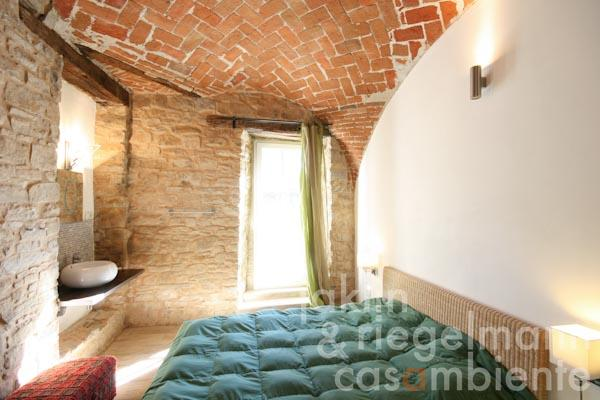A bedroom with cross-vaulted ceilings in the first apartment in the main building