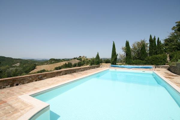 La terrazza panoramica con la piscina davanti alla torre
