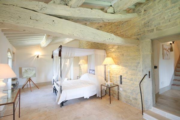 Una camera da letto con bagno en-suite al primo piano