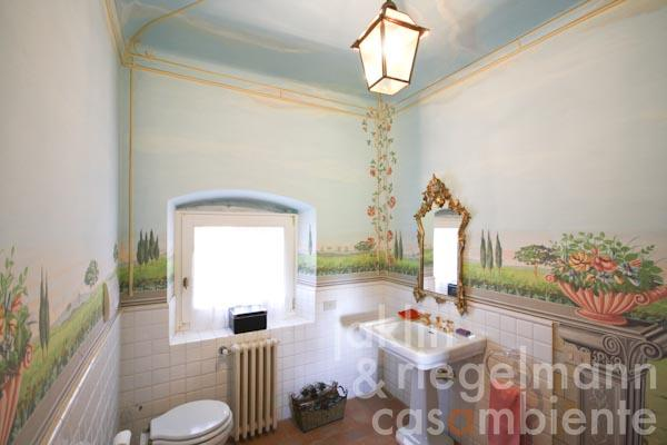 The bathroom with wall paintings on the ground floor