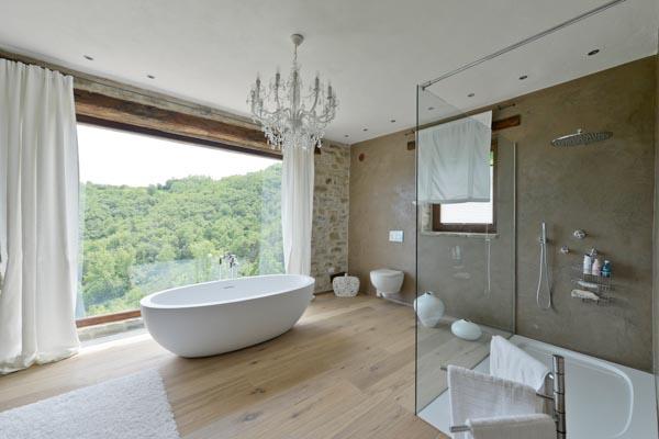 Das en-suite Badezimmer des Eigentümerschlafzimmers im Erdgeschoss des Landhauses