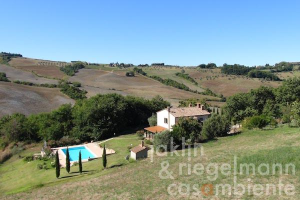 The modern villa for sale close to Volterra in Tuscany with garden and salt-water pool