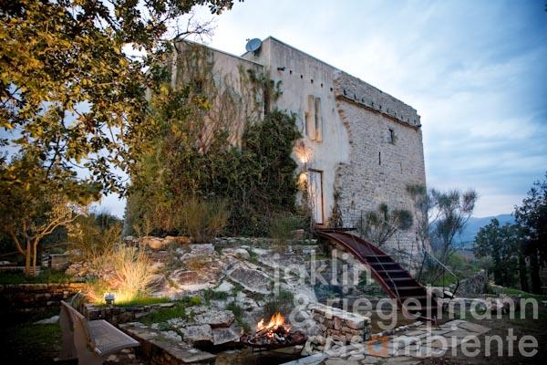 The restored former Tuscan watch tower for sale with roof-deck and swimming pool close to Arezzo