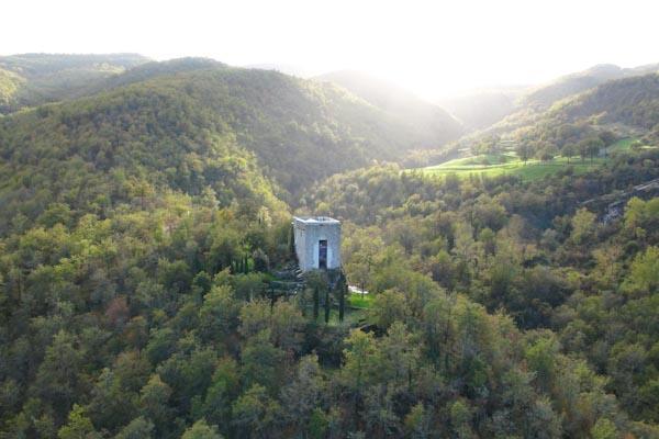 Der ehemalige Wachturm zu verkaufen auf seinem eigenen Hügel im Casentino