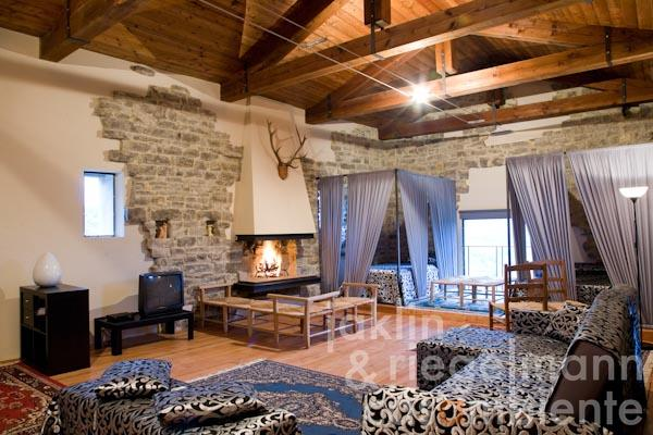 The generous living- and sleeping area with open fireplace on the first floor