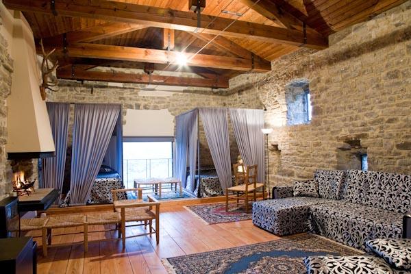 Der großzügige Wohn- und Schlafbereich mit offenem Kamin im Obergeschoss
