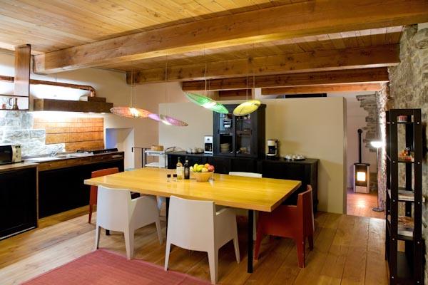 Die gemütliche Wohnküche im Erdgeschoss; im Hintergrund der abgetrennte Wohn- und Schlafbereich