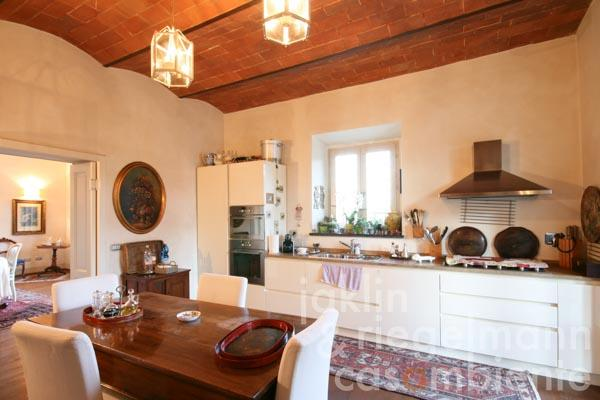 The comfortable eat-in kitchen with open fireplace, wood-fired oven and Terracotta ceiling