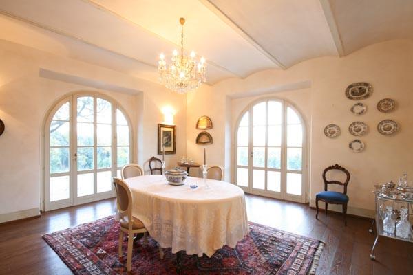 Das Esszimmer mit großen Fenstertüren auf die umliegenden Terrassen