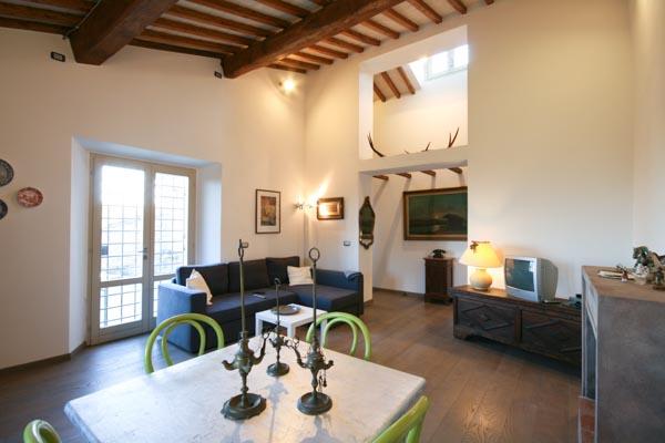 Das Wohnzimmer mit offenem Kamin im Obergeschoss