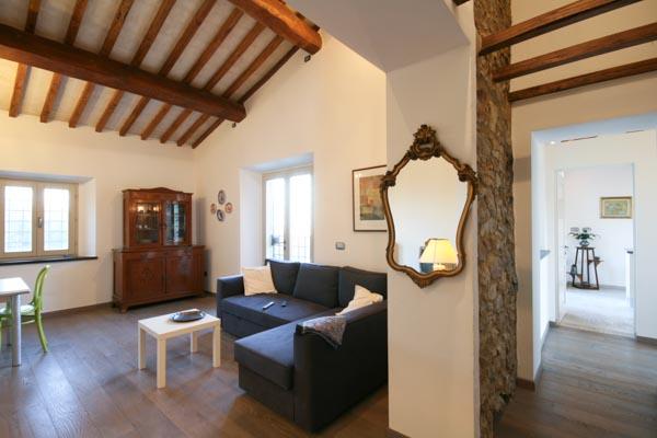 Das Wohnzimmer mit offenem Kamin im Obergeschoss; rechts der Blick in Richtung Wohnküche