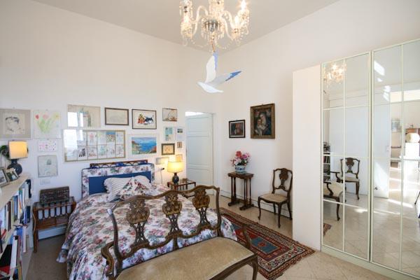 Das Schlafzimmer mit begehbarem Kleiderschrank und en-suite Badezimmer