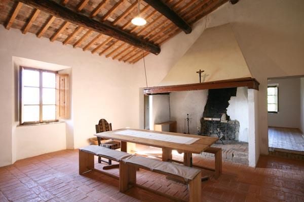 La cucina abitabile con il camino antico al primo piano