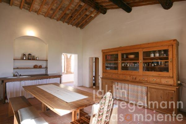 Die Wohnküche mit offenem Kamin im Obergeschoss