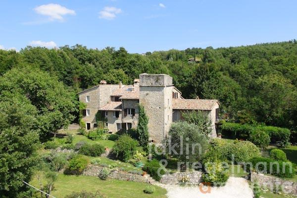The ancient farmhouse for sale with a former watchtower, garden and swimming pool in Umbria