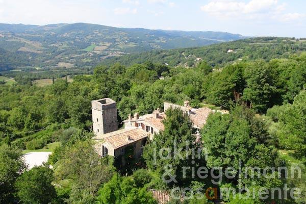 The farmhouse and the former watchtower with panoramic views onto the hills in Umbria