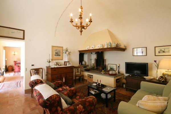 Das Wohnzimmer mit offenem Kamin und Holzofen im Erdgeschoss