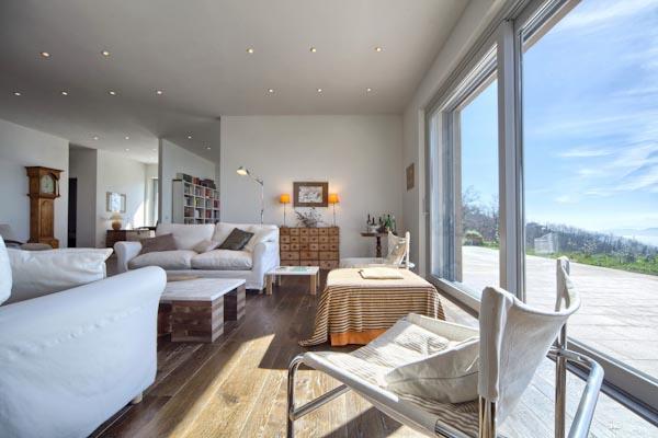 Der Wohnbereich mit den großen Panorama-Fenstern