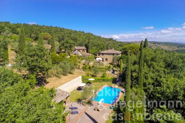 The well-kept Tuscan rustico for sale with guest house and pool in panoramic location