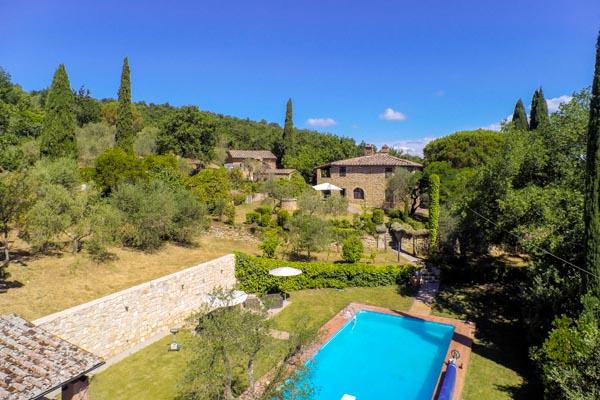 Il bellissimo rustico in vendita con dependance, piscina e vista panoramica