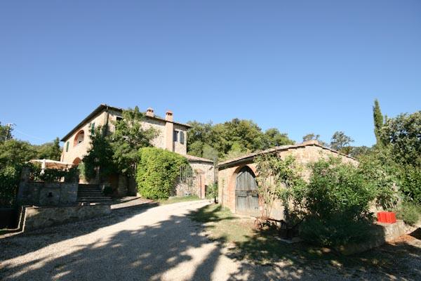 Antico casale toscano con vigneto, oliveto e piscina in posizione panoramica