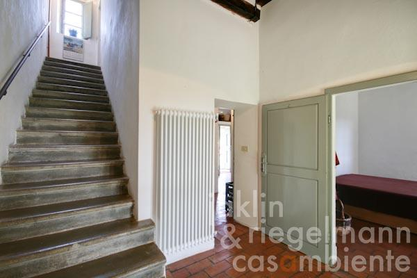 Der südliche Eingangsraum mit der Treppe zum Obergeschoss, rechts eines der Schlafzimmer