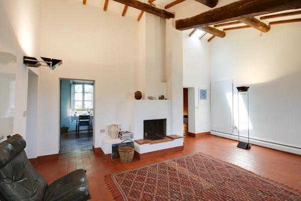 Das Wohnzimmer mit Kamin im Obergeschoss