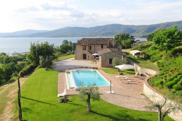 Das stattliche Landhaus zu verkaufen mit Nebengebäude und traumhaftem Panorama auf den Lago Trasimeno in Umbrien