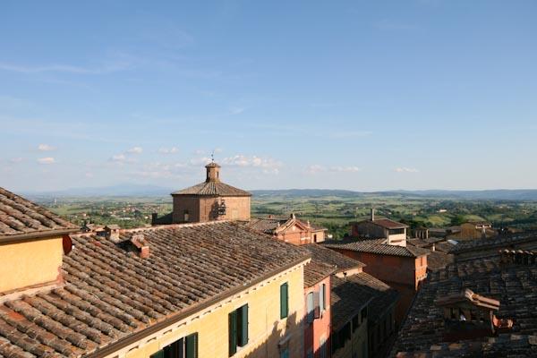 Der Panoramablick von der Dachterrasse des Appartement in der Altstadt von Siena in der Toskana