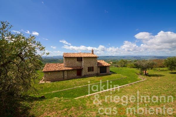 Country house in an idyllic panoramic location just a few steps away from a friendly village near Todi