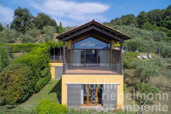 The modern villa with sea view in the hills behind Viareggio and Forte dei Marmi