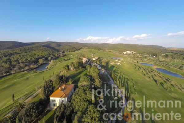 The distinctive property for sale with garden and swimming pool in the middle of a golf course on the Tuscan Riviera