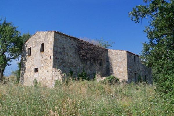 Das zu restaurierende Bauernhaus zu verkaufen mit 34 ha Land und Meerblick in der Toskana