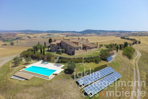 The country estate for sale with pool and courtyard in a peaceful panoramic setting in the Crete Senesi