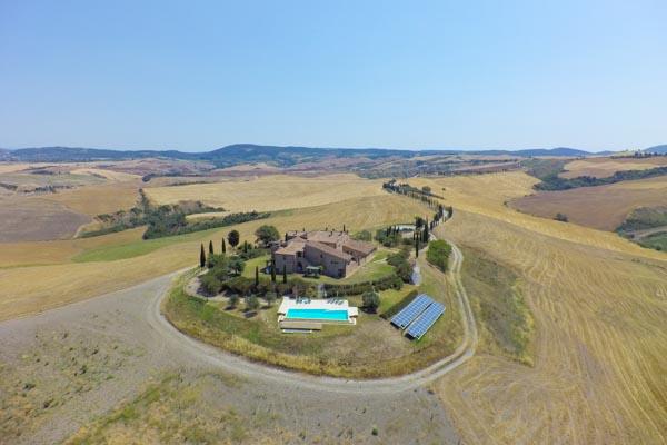Zugang zu einem der Apartments des Landsitzes mit Pool und Innenhof 30 km von Siena