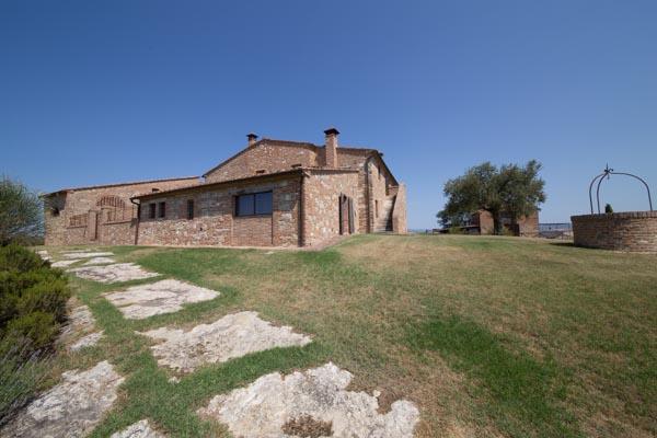 Das große Wohnzimmer mit Kamin, Kachelofen und Fußbodenheizung
